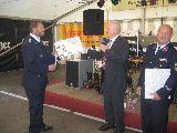 Bürgermeister Bachmann und Gemeidewehrleiter Kam. Kirsch gratulieren