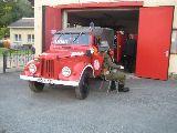 Stiller Kammerad bewacht des Feuerwehrauto