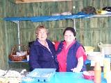 Ingeborg Rietsch und Brigitte Roth verkaufen Köstlichkeiten
