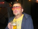 Ralf blickt durch die schwarz-rot-goldene Brille