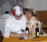 Lady Katrin kuschelt sich an Kuh Jens